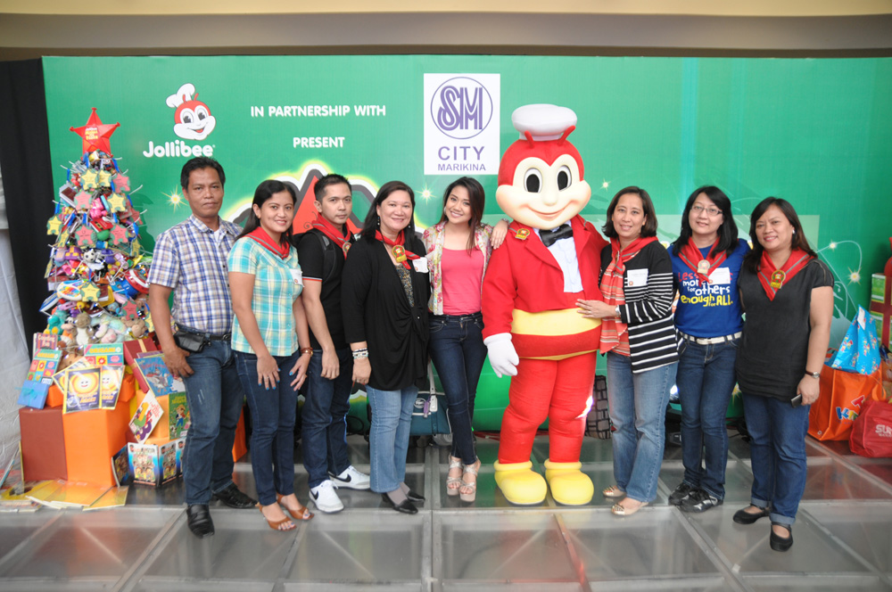 Representatives of Goodwill Bookstore, major campaign and online donation partner of the 19th Maaga ang Pasko, with The Voice finalist Morissette Amon and Jollibee