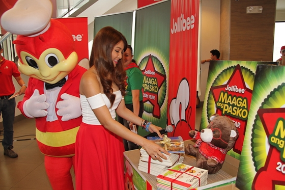 Fast-rising star Nadine Lustre together with Aga Muhlach led the launch of the annual toy and book drive by making the first ceremonial donation.